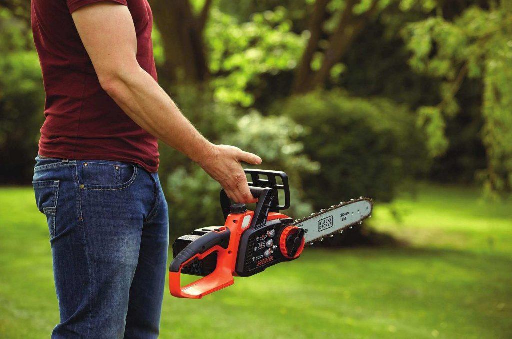 tronçonneuse Black+Decker GKC3630L25-QW maniable et légère